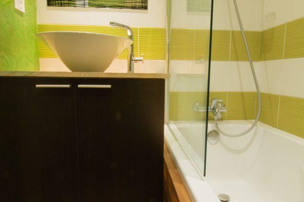 une cascade de galets pour cette douche à l'italienne avec des niches de rangements.