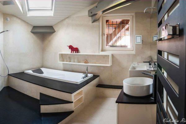 salle de bain avec baignoire balnéo, douche italienne, granit et marbre