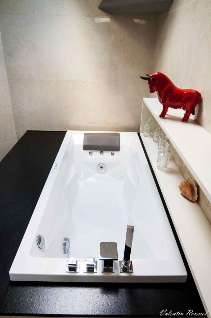 une baignoire balnéo posée sur du granit