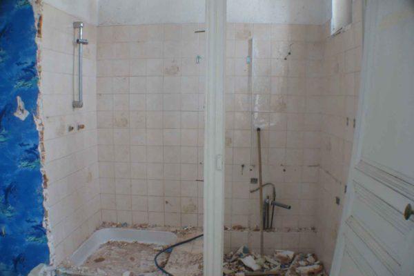 Démolition d'une salle de bains avant sa rénovation.