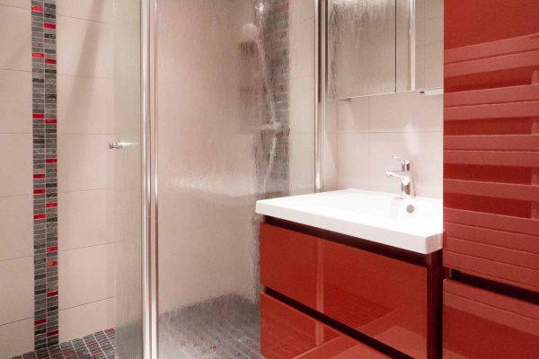 Ar interieur rénove aussi les petites salles de bain : ici, le rouge est mis à l'honneur.