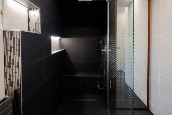Douche réalisée par Ar Intérieur avec niche de rangement, banc et éclairage