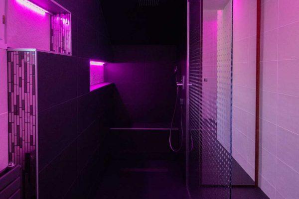 rénovation d'une salle de bain à Crolles, atmosphère feutrée avec lumière violette.
