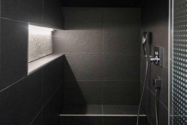 Jeux de lumières dans une douche minimaliste.