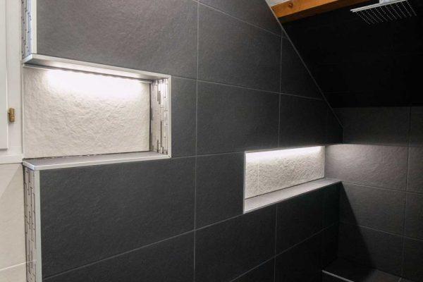 Rénovation de douche avec niche de rangement lumineuse.