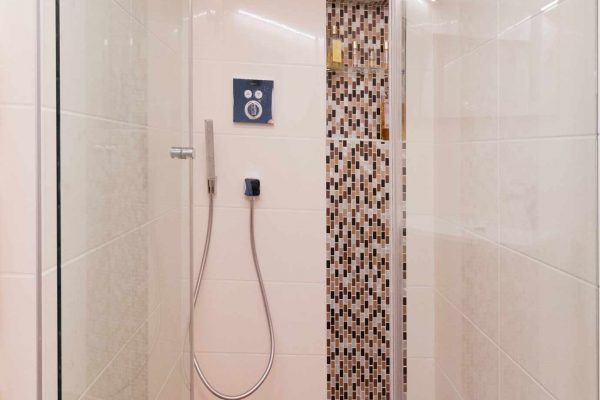 Douche italienne Ar Interieur avec receveur en teck et robinetterie encastrée.