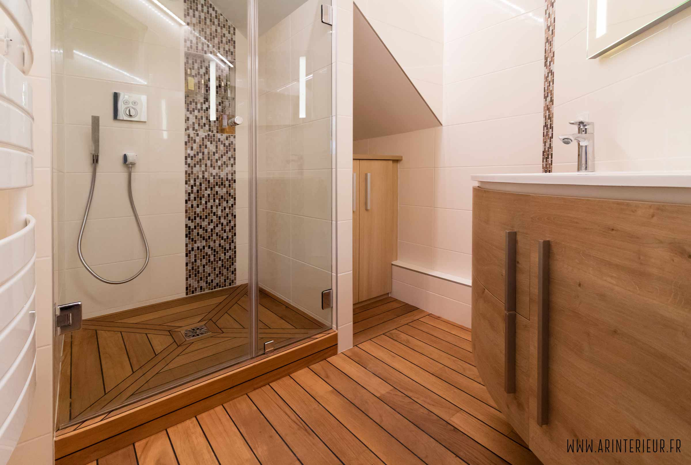 Rénovation d'une petite salle de bain : teck, pont de bateau et robinetterie encastrée.