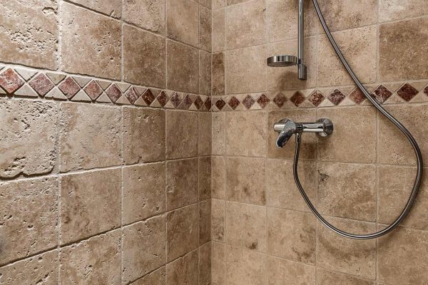 Salle de bain avec une douche carrelée réalisée par Ar Intérieur.