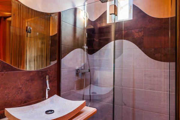 Une vasque en pierre pour une salle de bain cosy réalisée par Ar Intérieur.