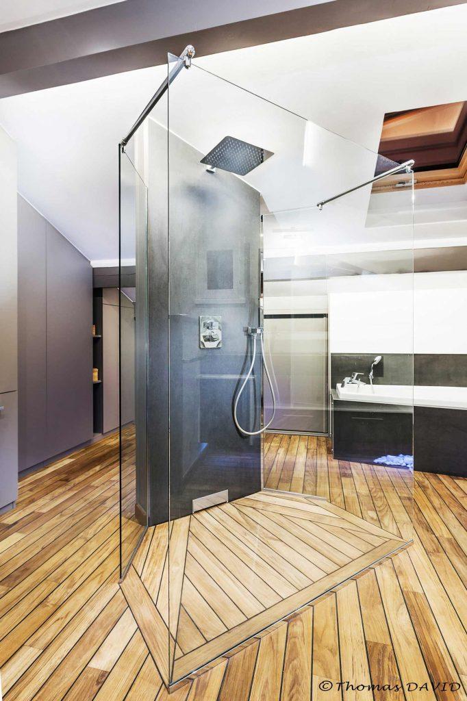 Douche italienne avec sol en teck.