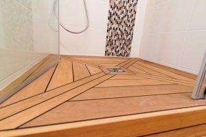 Une douche à l'italienne sublimée par un receveur en teck.