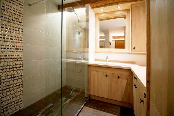 Création d'un lavabo sur mesure et d'une douche à l'italienne dans cet appartement de Grenoble.