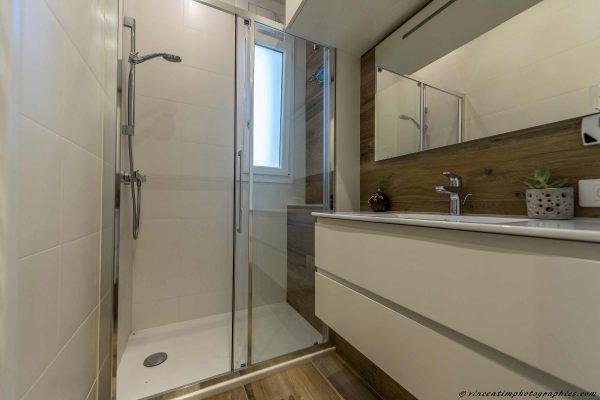 Douche italienne et meuble laqué blanc