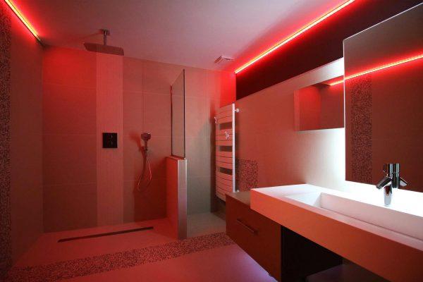 Création d'une douche à l'italienne au look très moderne pour cette rénovation de salle de bain à Grenoble.