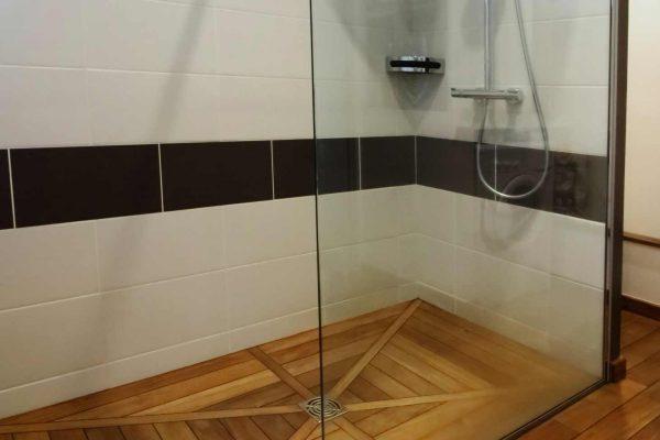 Atmosphère authentique pour cette douche italienne avec receveur en tech.