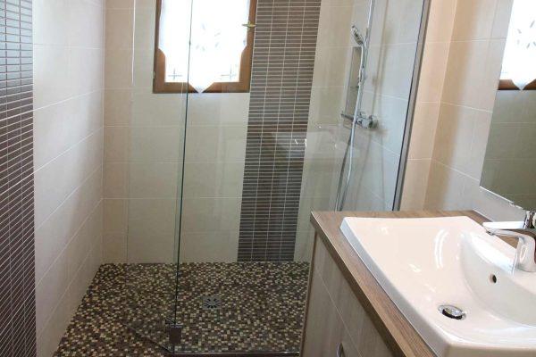 Jeux de matières et de textures pour cette salle de bain rénovée par Ar Interieur.