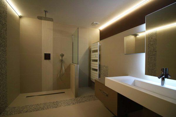 Une salle de bain au look minimaliste pour une atmosphère qui change avec la lumière.