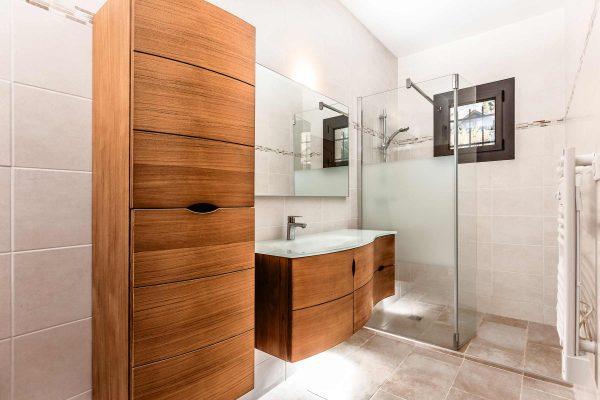 renovation-salle-de-bain-uriage-lavabo-teck-paroi-de-douche