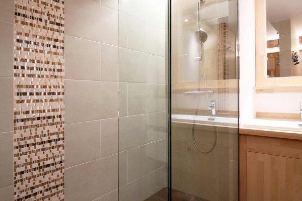 renover-salle-de-bain-grenoble-douche-italienne-mosaique-paroi-de-douche