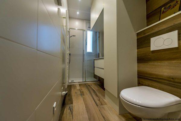 salle-de-bain-couloir-carrelage-imitation-parquet-wc-suspendu