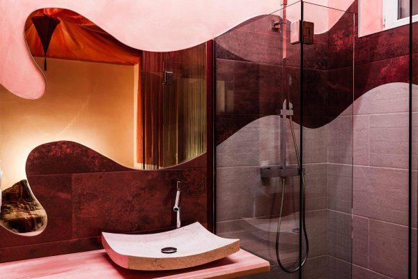 Une salle de bain innovante avec un jeu de miroir.