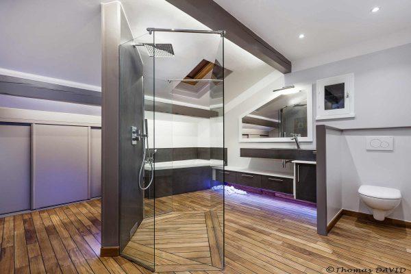 Rénovation de salle de bain par Ar Intérieur : sol en tech, aménagement de l'espace astucieux.