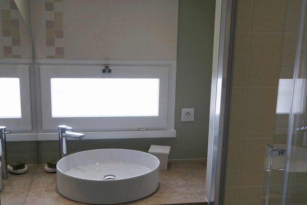 salle-de-bain-petite-piece-lavabo-vasque-a-poser