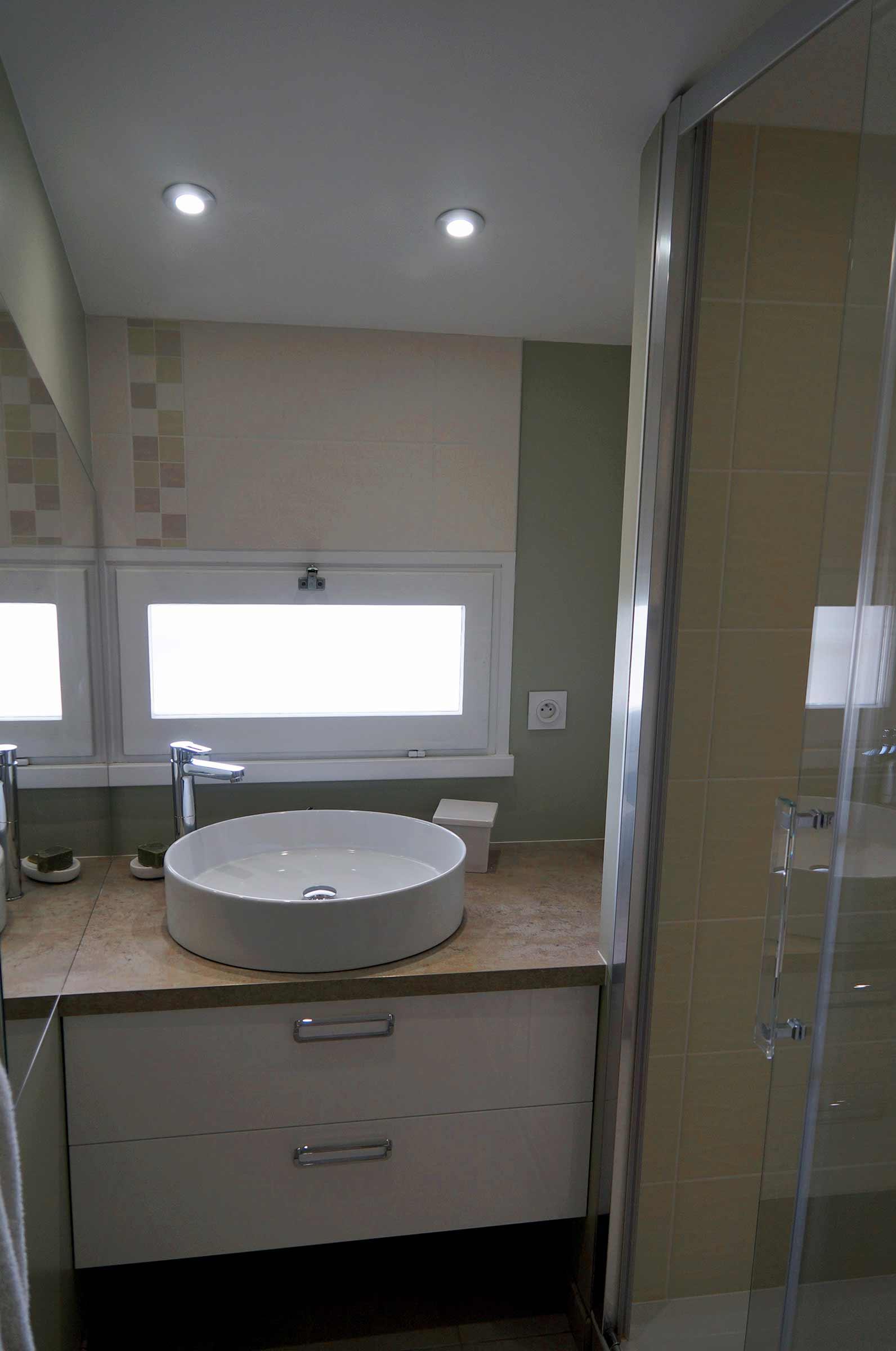 salle-de-bain-petite-piece-lavabo-vasque-a-poser - Ar Interieur