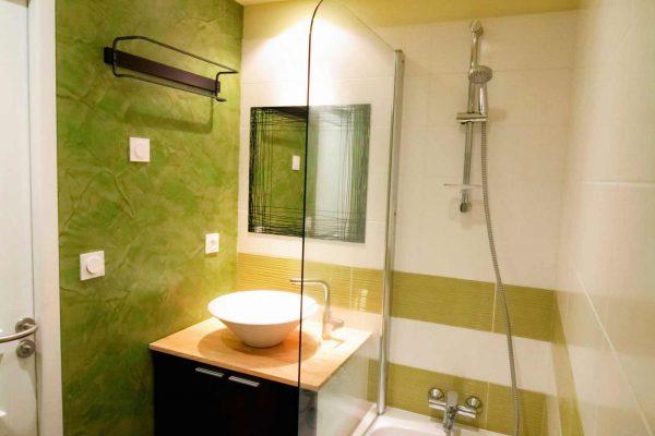 Une salle de bain colorée avec du stuc.