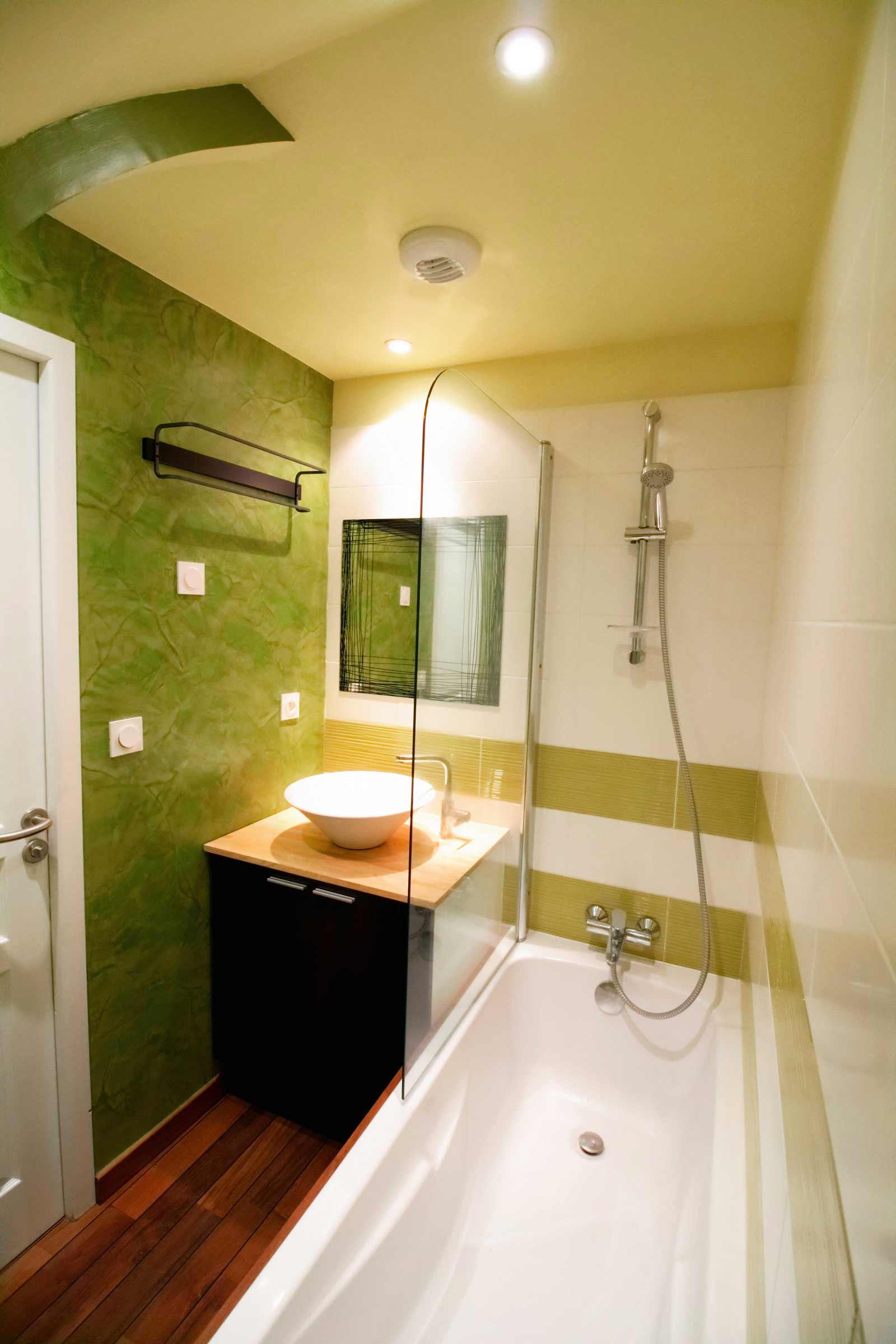 salle-de-bain-petite-piece-stuc-baignoire-lavabo-parquet-teck - Ar ...