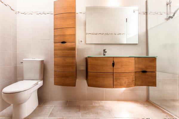Salle de bain nature avec meubles en teck réalisée par Ar Intérieur à Uriage.