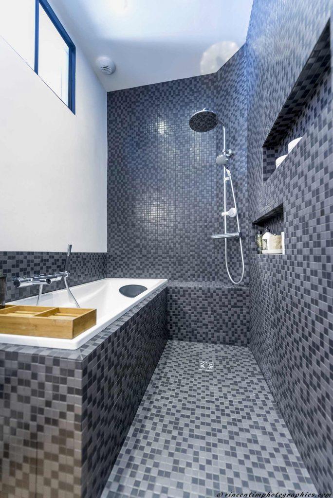salle de bain avec douche et bain tout en mosaïque.