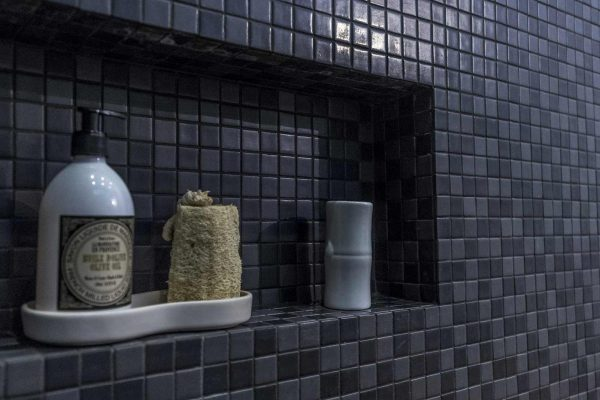 Des niches de rangement pour garder les produits de douche à portée de main.