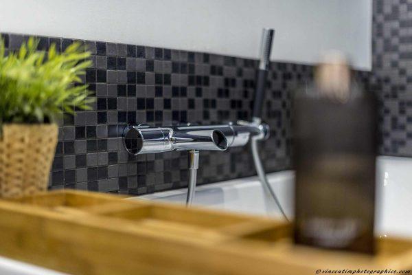 Un mitigeur au design contemporain dans une salle de bain rétro
