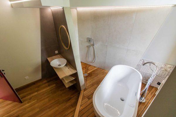 Isoler le coin lavabo du coin bain permet de l'occuper à plusieurs sans se gêner.
