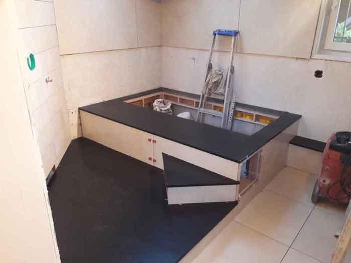 la rénovation d'une salle de bain en cours de réalisation avec douche italienne et baignoire.
