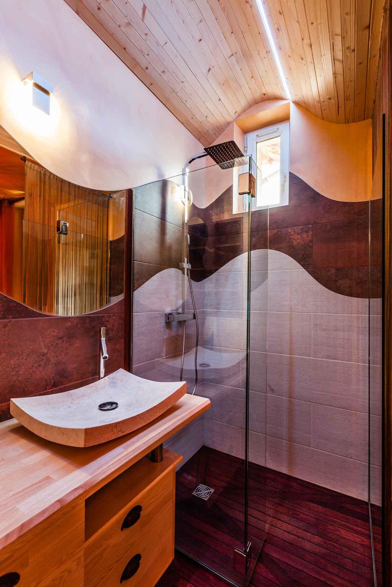 une salle de bain avec receveur pont de bateau et carrelage découpe laser