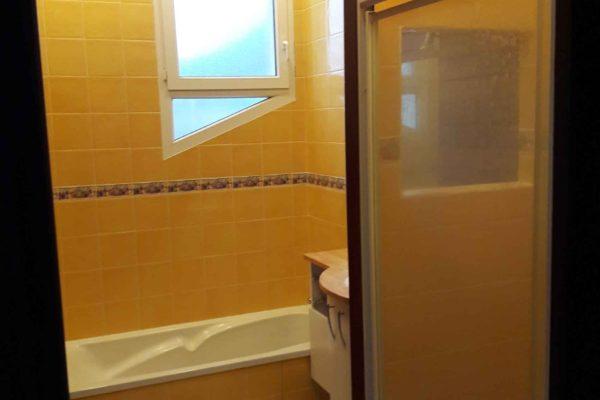 Photo d'une salle de bains avant rénovation.