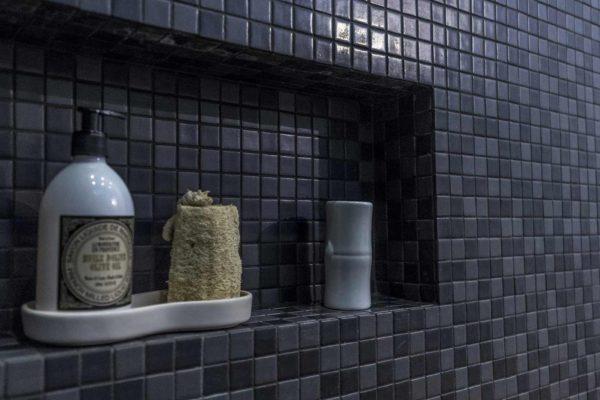 niche de rangement dans une douche en mosaïqué.