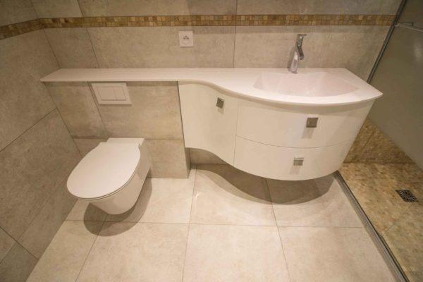 Un wc suspendu avec plan de toilette sur mesure pour cette rénovation de salle de bain à Meylan.