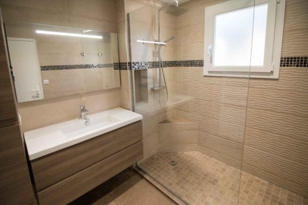 Rénovation d'une salle de bains à Uriage avec douche à l'italienne en mosaïque.