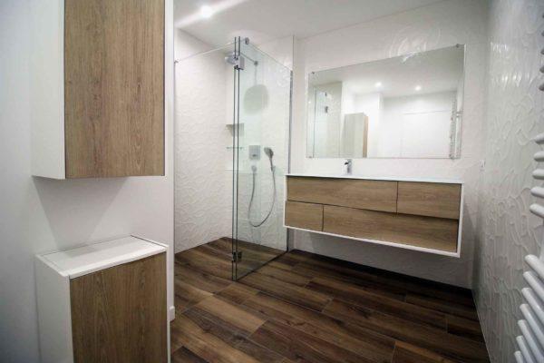 douche italienne imitation bois dans une rénovation de salle de bain