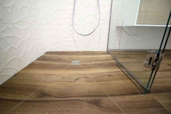 Une douche italienne en pointe de diamant imitation bois salle de bain ar'interieur