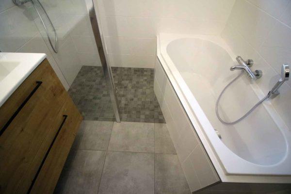 Une douche italienne a côté d'une baignoire asymétrique