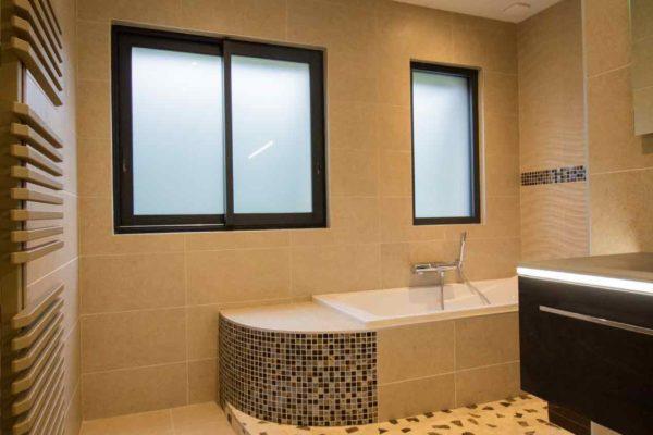 une salle de bain avec des habillages en courbe