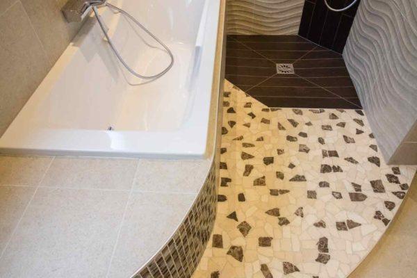 une douche italienne et une baignoire en courbe.