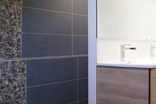 Une douche cachée derrière un meuble lavabo une belle rénovation ar'interieur