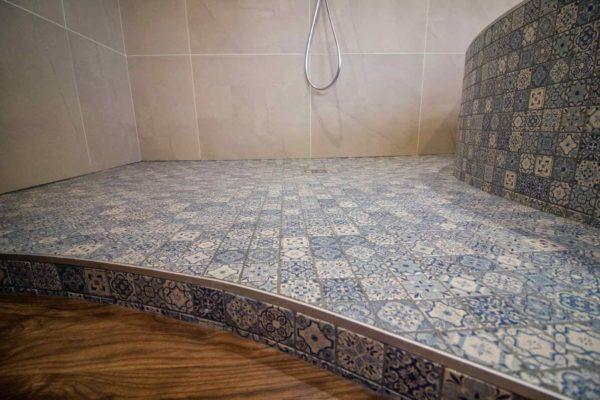 douche italienne en mosaïque dans un style hammam une rénovation ar'interieur