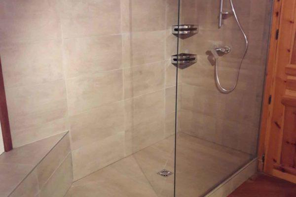 une douche italienne en pointe de diamant.