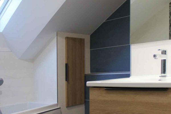 un placard intégré dans une salle de bain a coté d'une baignoire par cette rénovation de salle de bains ar'interieur